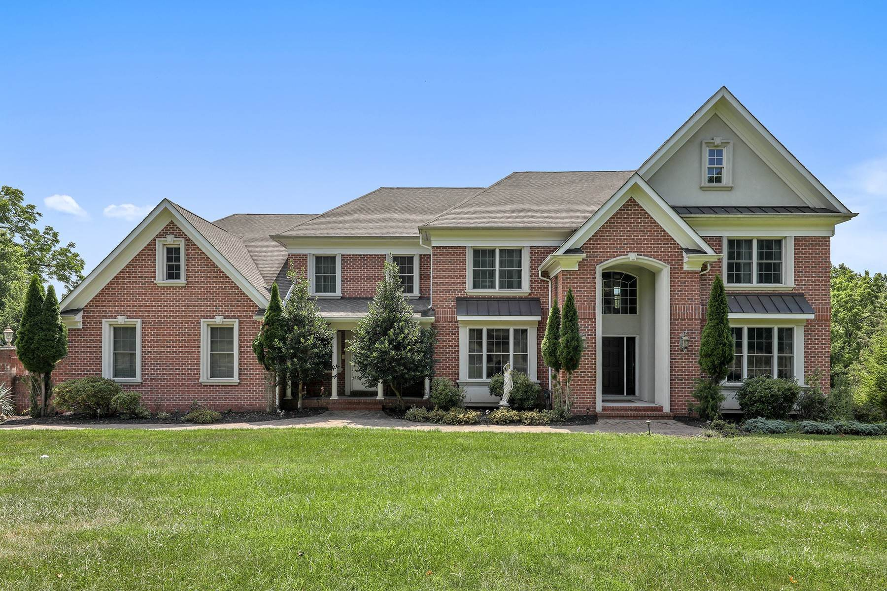 Single Family Homes для того Продажа на Stately Colonial on a Premier Location! 8 Meadow View Court, Branchburg Township, Нью-Джерси 08876 Соединенные Штаты