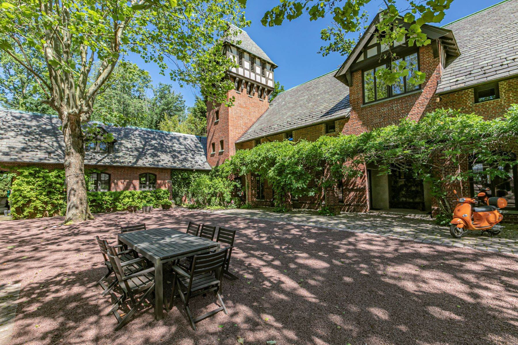 45. Single Family Homes for Sale at The Air of a European Estate One Hour from NYC 176 Parkside Drive, Princeton, New Jersey 08540 United States