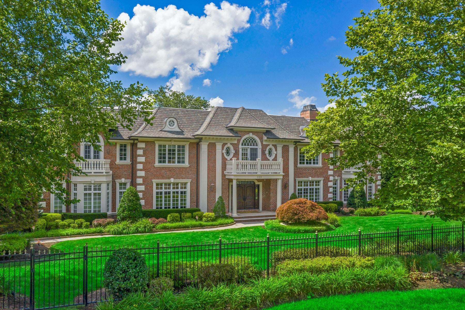 Single Family Homes vì Bán tại Tree Lined Cul-de-sac 112 Garden Ct, Franklin Lakes, New Jersey 07417 Hoa Kỳ