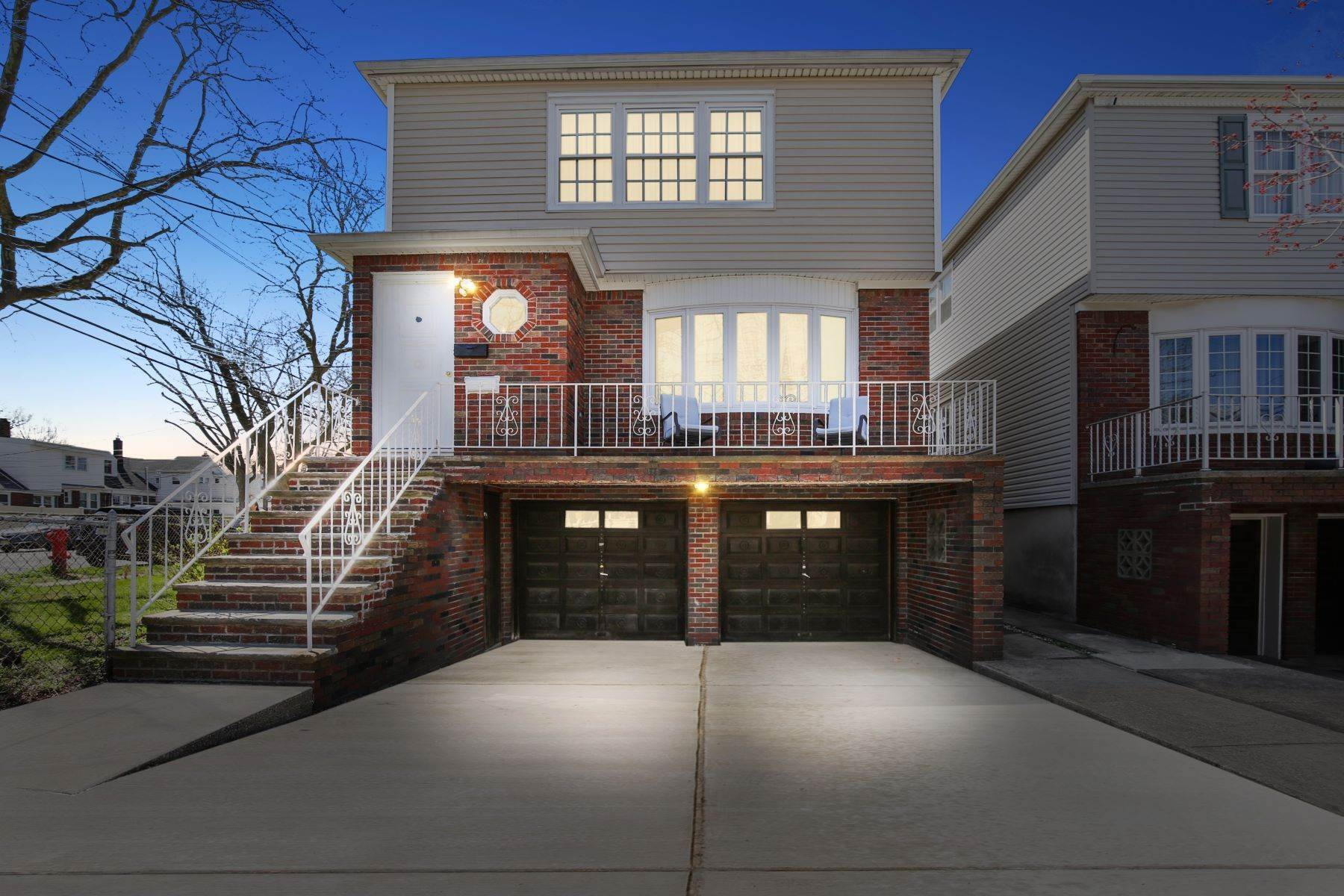 Multi-Family Homes por un Venta en Welcome home! 150 West 18th Street, Bayonne, Nueva Jersey 07002 Estados Unidos