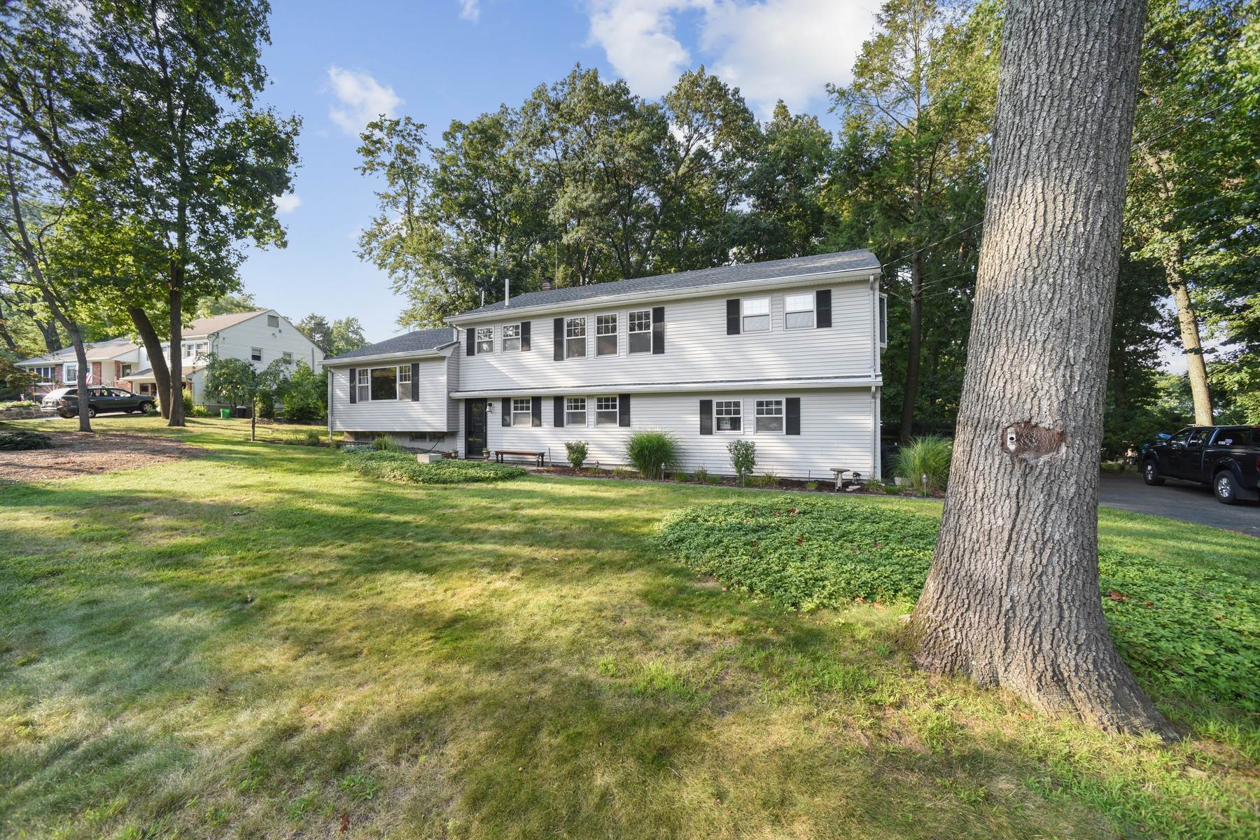 Single Family Homes for Sale at Spacious Split Located on a Cul De Sac 5 Hillside Court East, Morris Plains, New Jersey 07950 United States