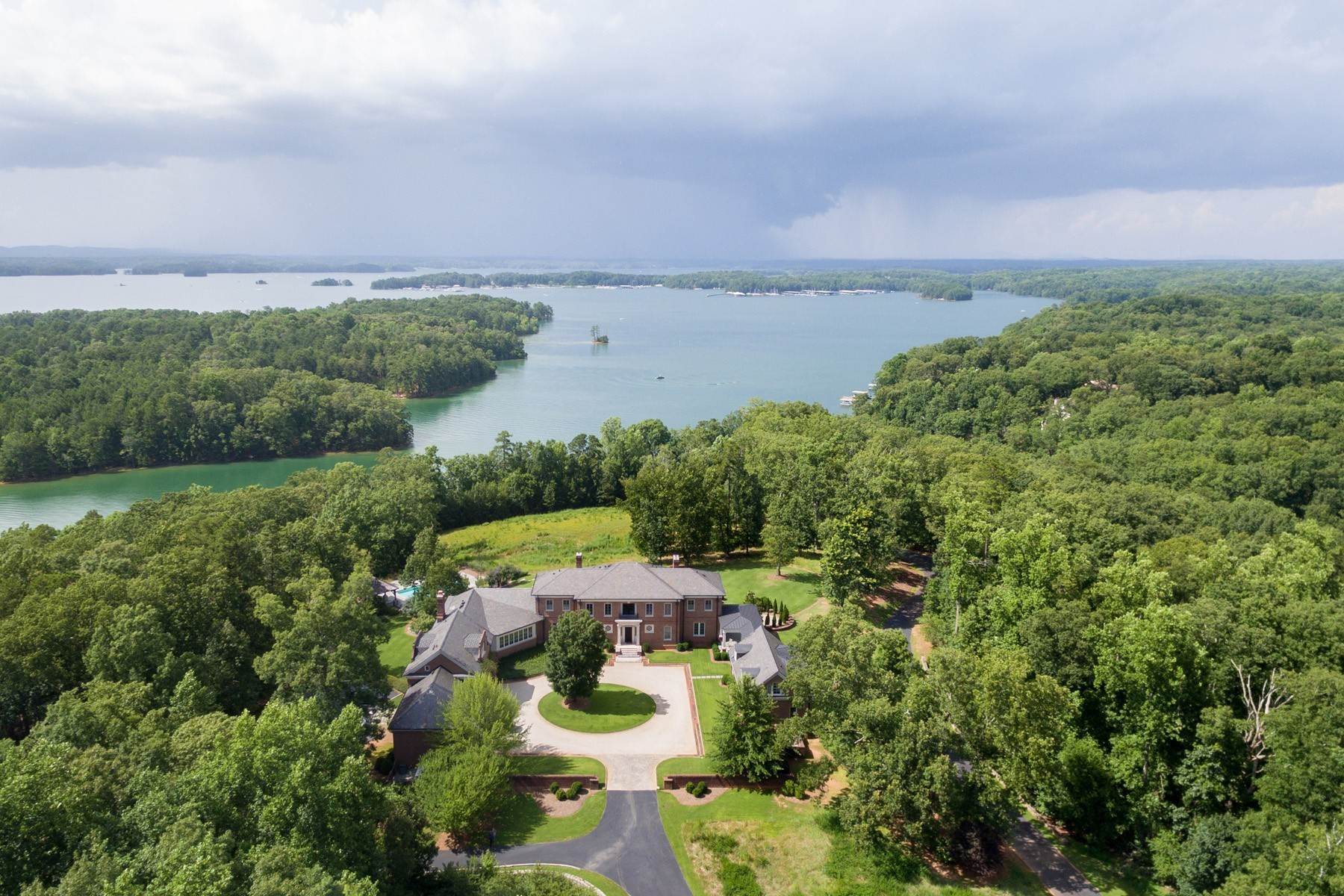 Single Family Homes per Vendita alle ore Commanding Residence Overlooking Lake Lanier 6531 Athletic Club Drive, Flowery Branch, Georgia 30542 Stati Uniti