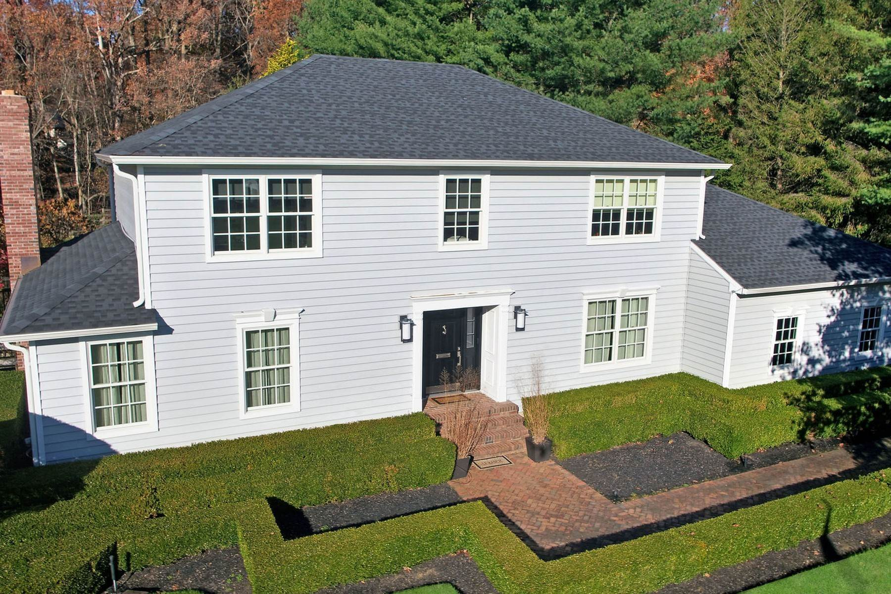 Single Family Homes vì Bán tại Chic Center Hall Colonial 36 Hartshorn Drive, Colts Neck, New Jersey 07722 Hoa Kỳ