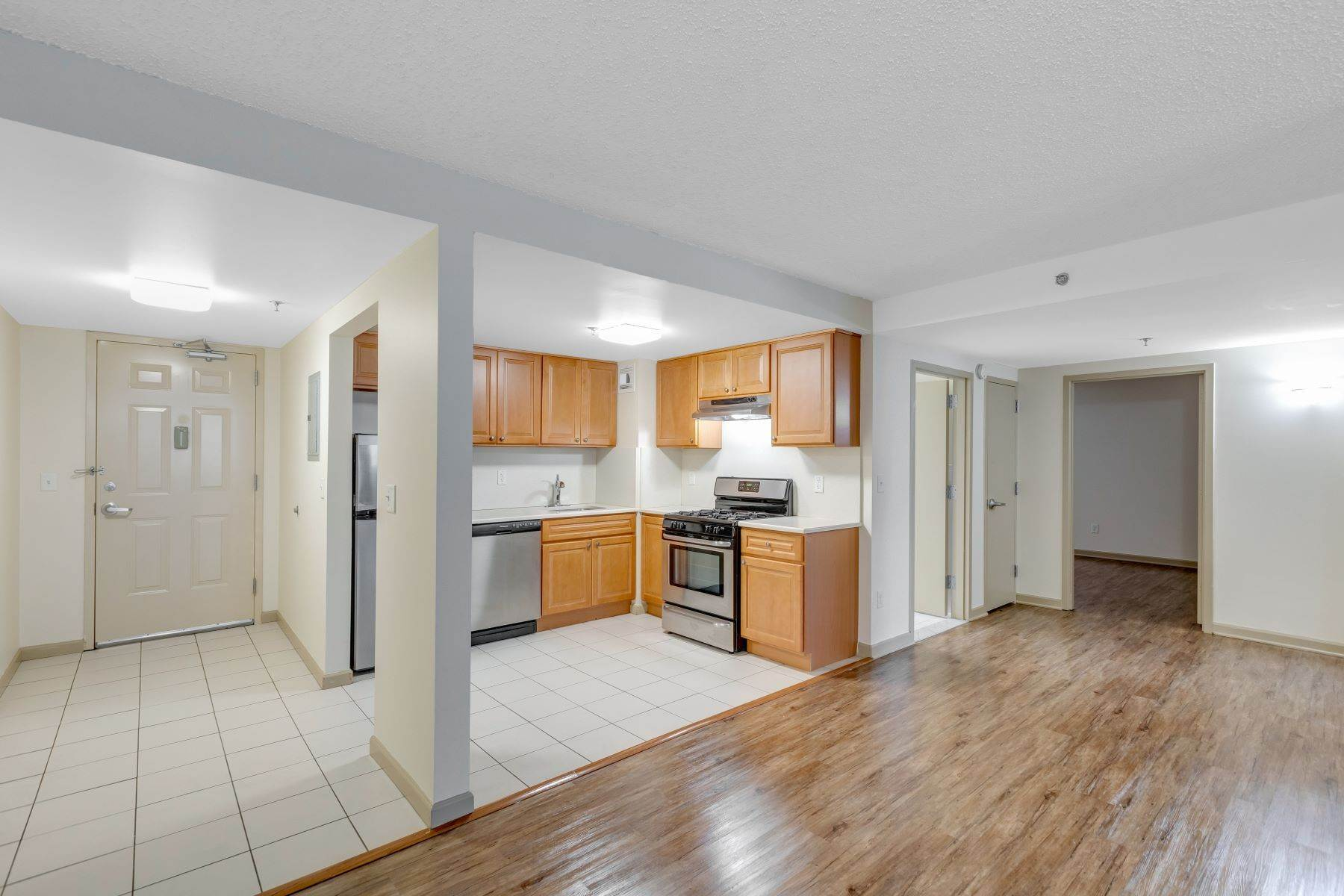 Other Residential Homes en Welcome to Peninsula Court. Spacious 2 bedroom in Elevator building . 22-34 West 25th Street, Unit 1C, Bayonne, Nueva Jersey 07002 Estados Unidos