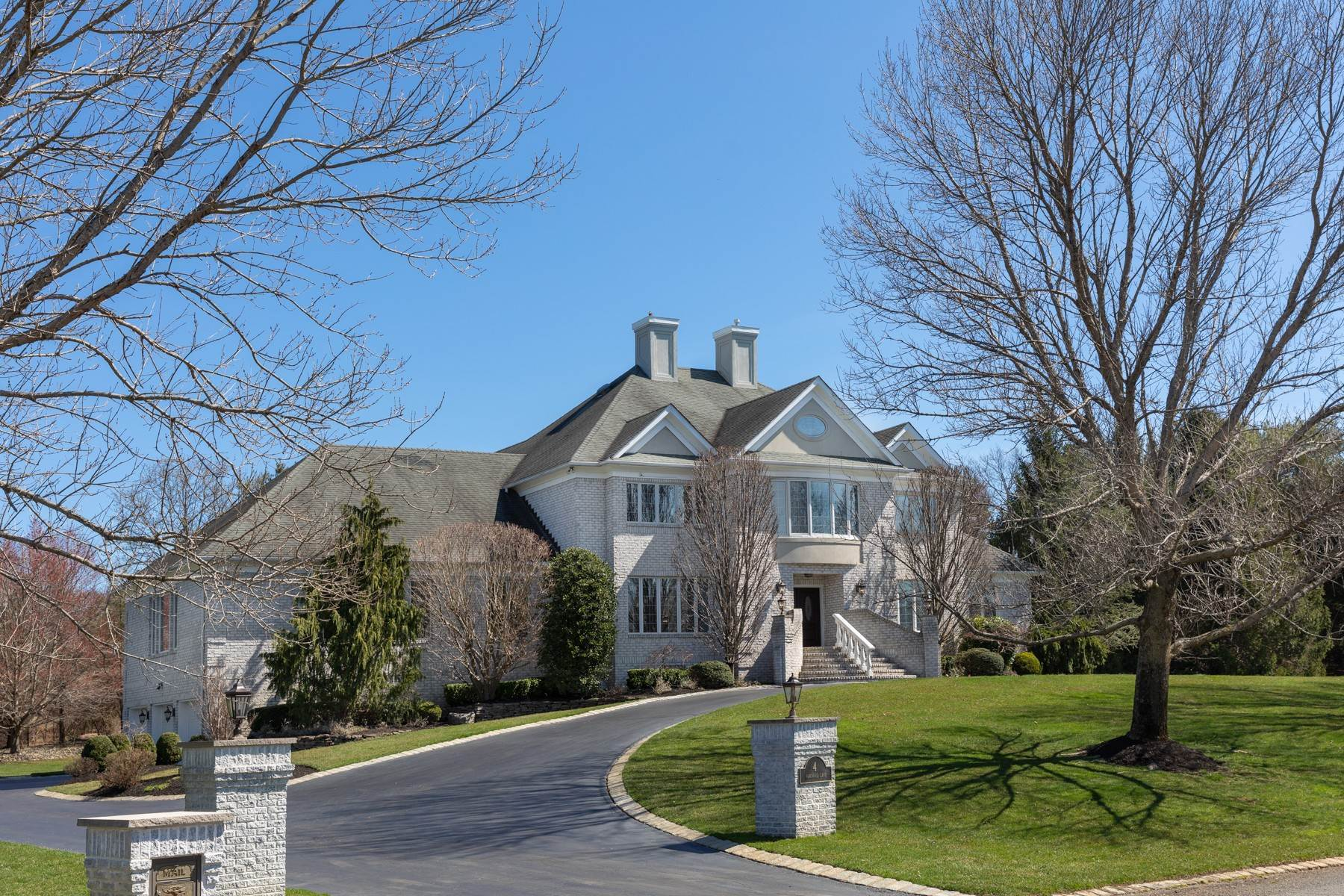 Single Family Homes vì Bán tại Recent Upgrades 4 Parkwood Lane, Colts Neck, New Jersey 07722 Hoa Kỳ