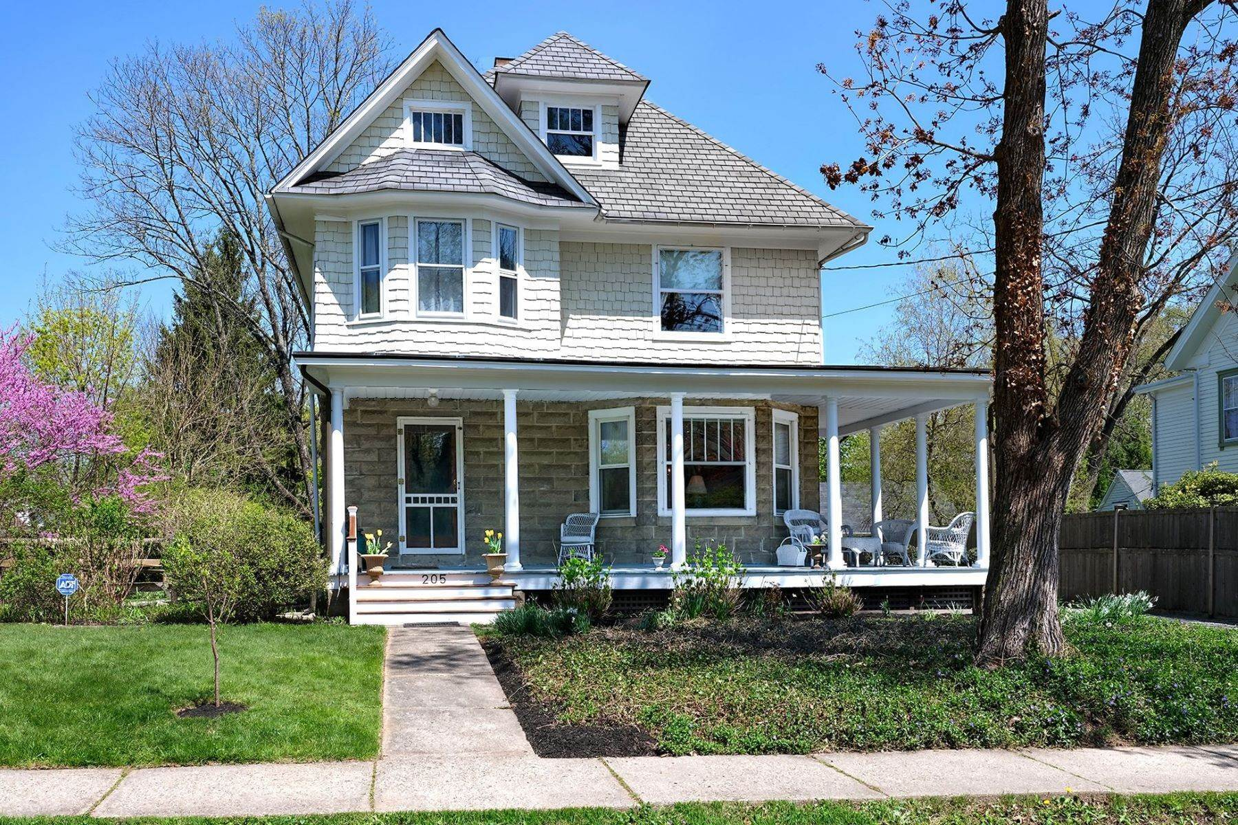 Single Family Homes 용 매매 에 A Fine Example Of American Foursquare Architecture 205 North Main Street, Pennington, 뉴저지 08534 미국
