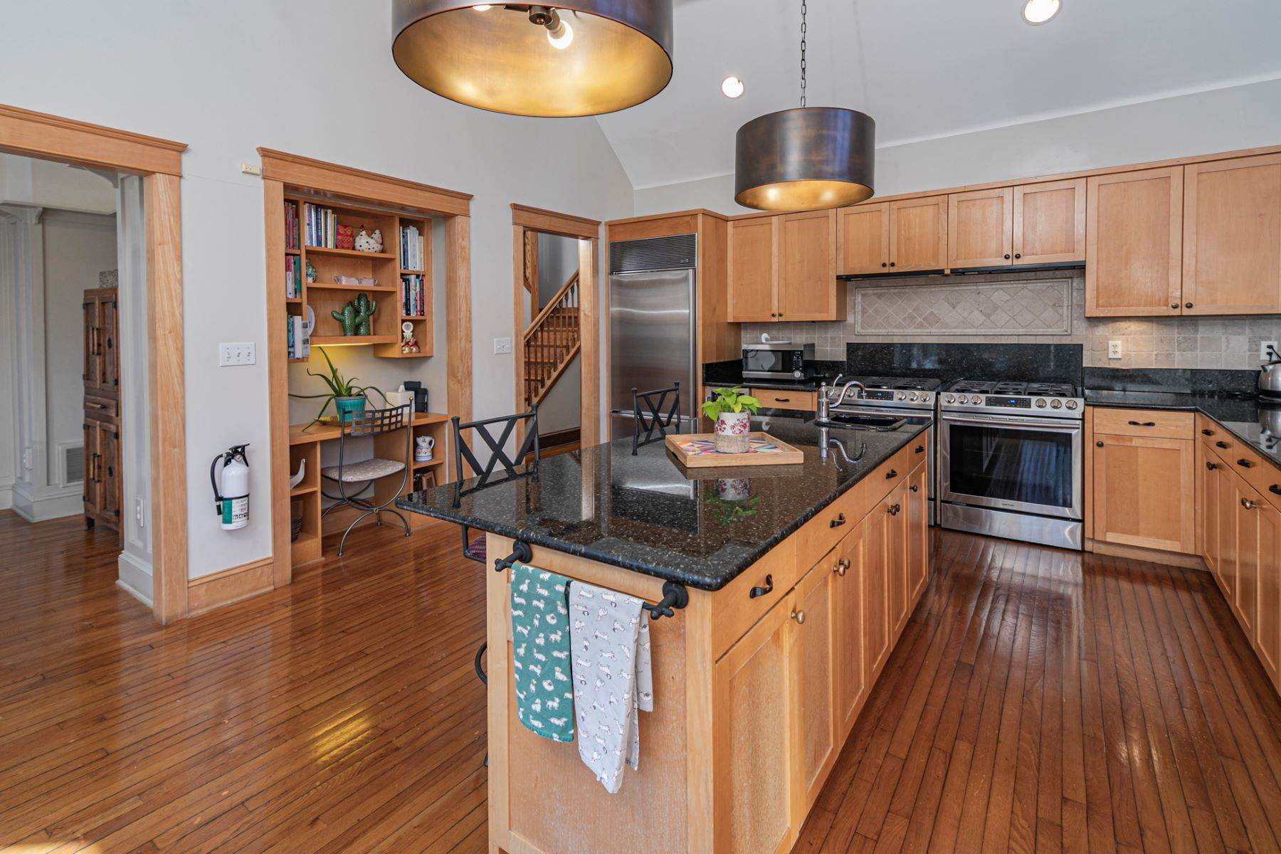 17. Single Family Homes for Sale at Arts and Crafts Showplace in The Preserve 36 Oakridge Court, Princeton, New Jersey 08540 United States