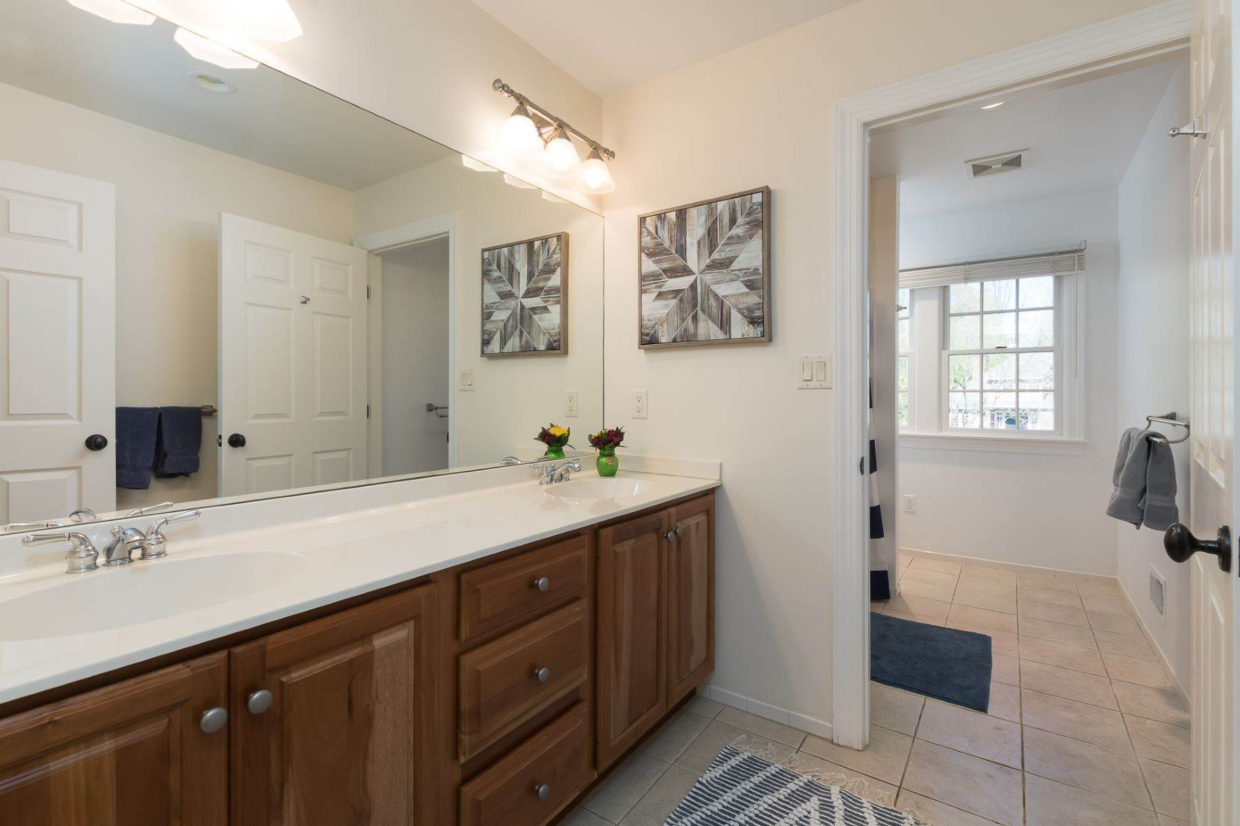 27. Single Family Homes por un Venta en Expansive Interior Opens to Enviable Outdoor Space 19 Derwent Drive, Princeton, Nueva Jersey 08540 Estados Unidos