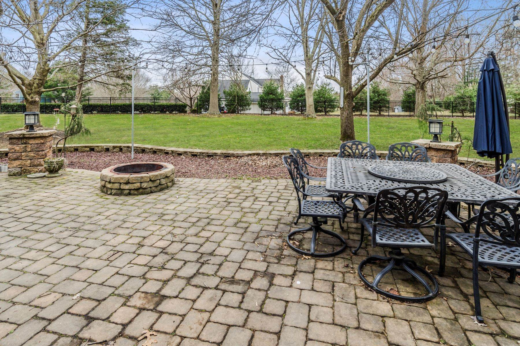 22. Single Family Homes for Sale at The Whole Package on a Pretty Shadow Oaks Lot 6 Scottsdale Court, Cranbury, New Jersey 08512 United States