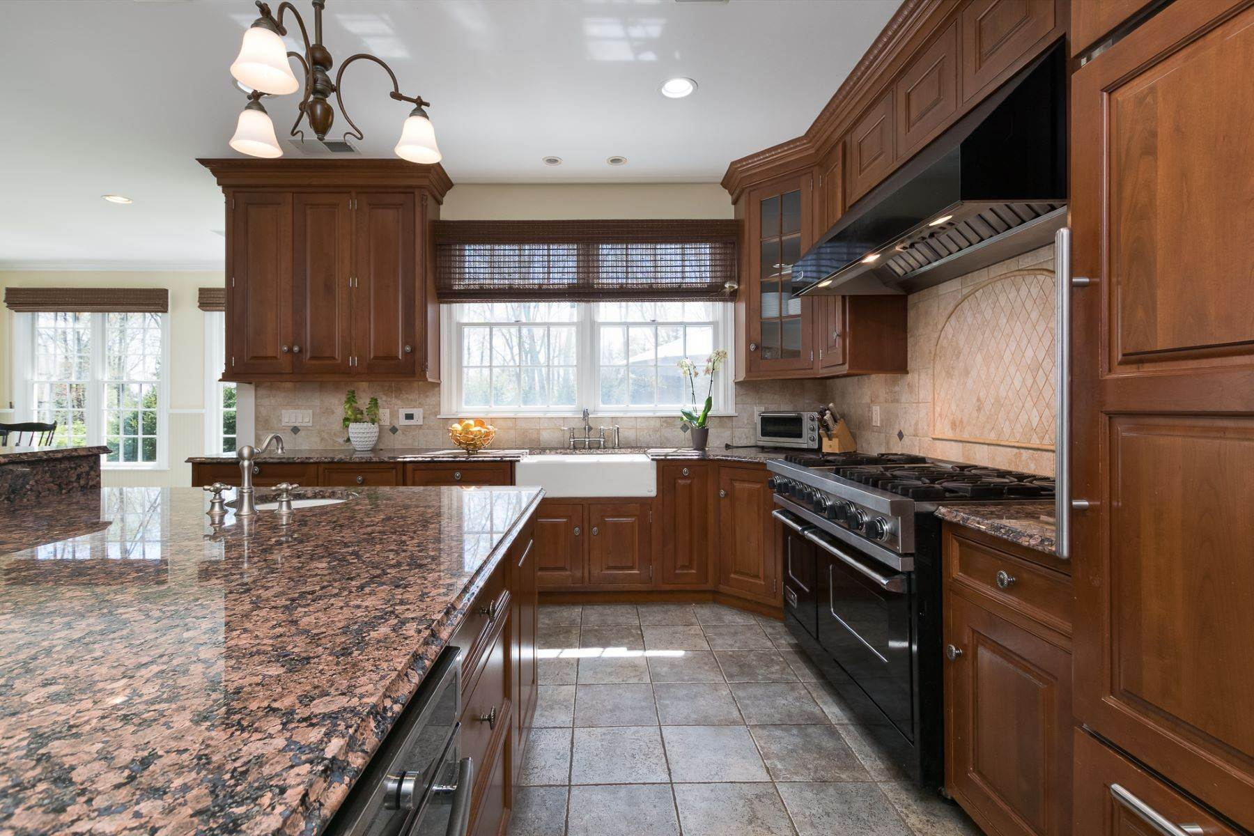 12. Single Family Homes por un Venta en Expansive Interior Opens to Enviable Outdoor Space 19 Derwent Drive, Princeton, Nueva Jersey 08540 Estados Unidos
