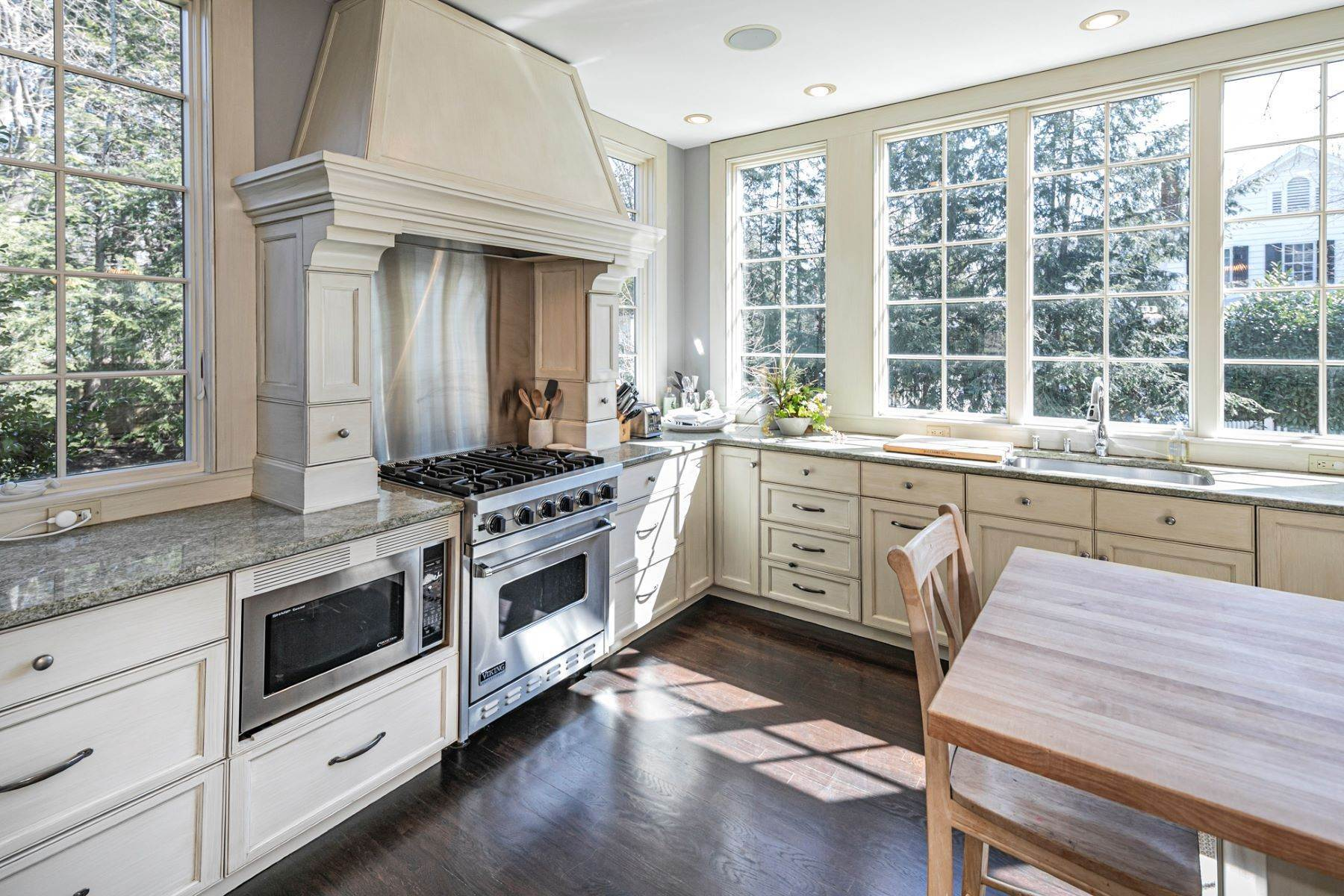 18. Single Family Homes for Sale at Picture Perfect Home Steps From Main Street 10 Green Avenue, Lawrenceville, New Jersey 08648 United States