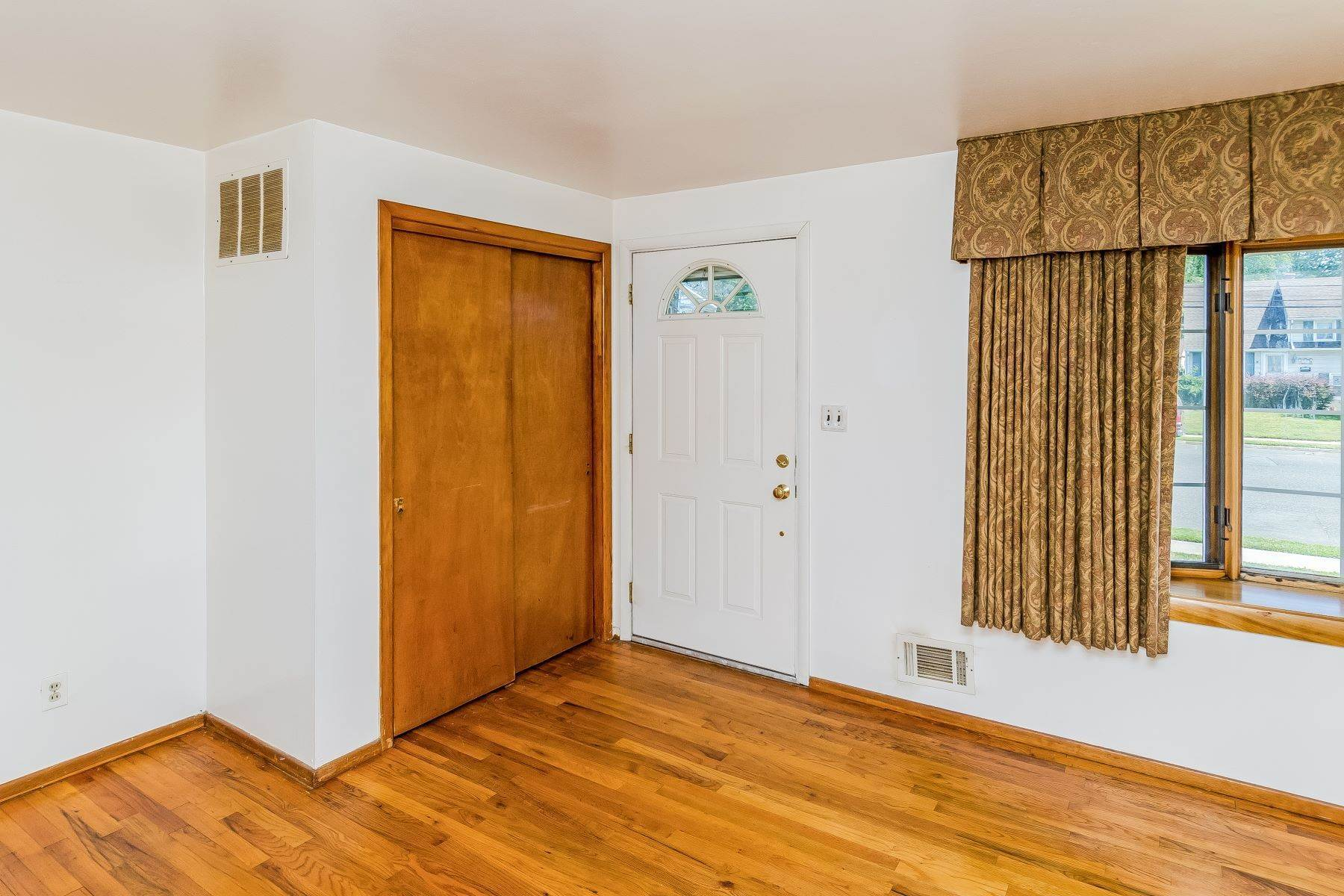 6. Single Family Homes for Sale at Hamilton Ranch Corners the Market on Convenience 95 Hempstead Road, Hamilton, New Jersey 08610 United States