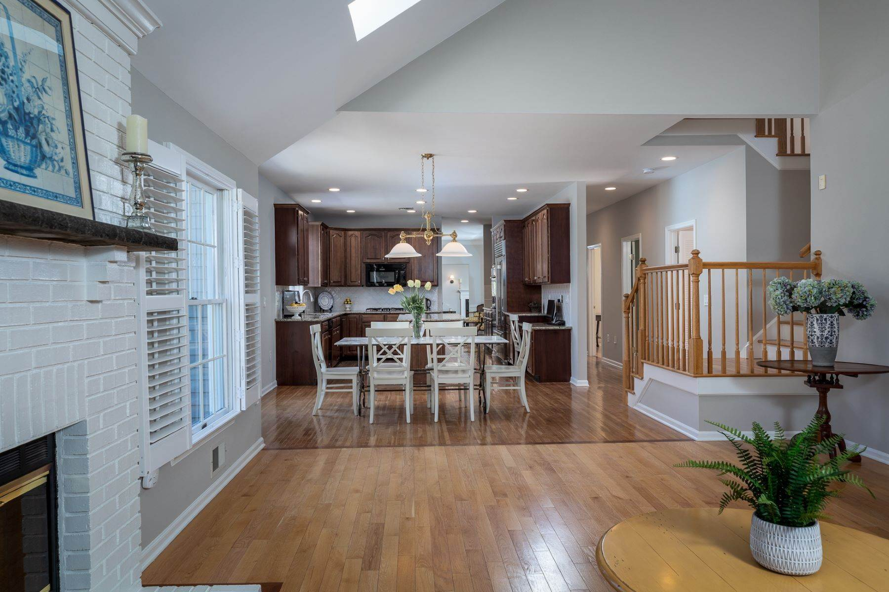 18. Single Family Homes for Sale at A Fresh Interior Features 6 Bedrooms & 3 New Baths 19 Zaitz Farm Road, Princeton Junction, New Jersey 08550 United States