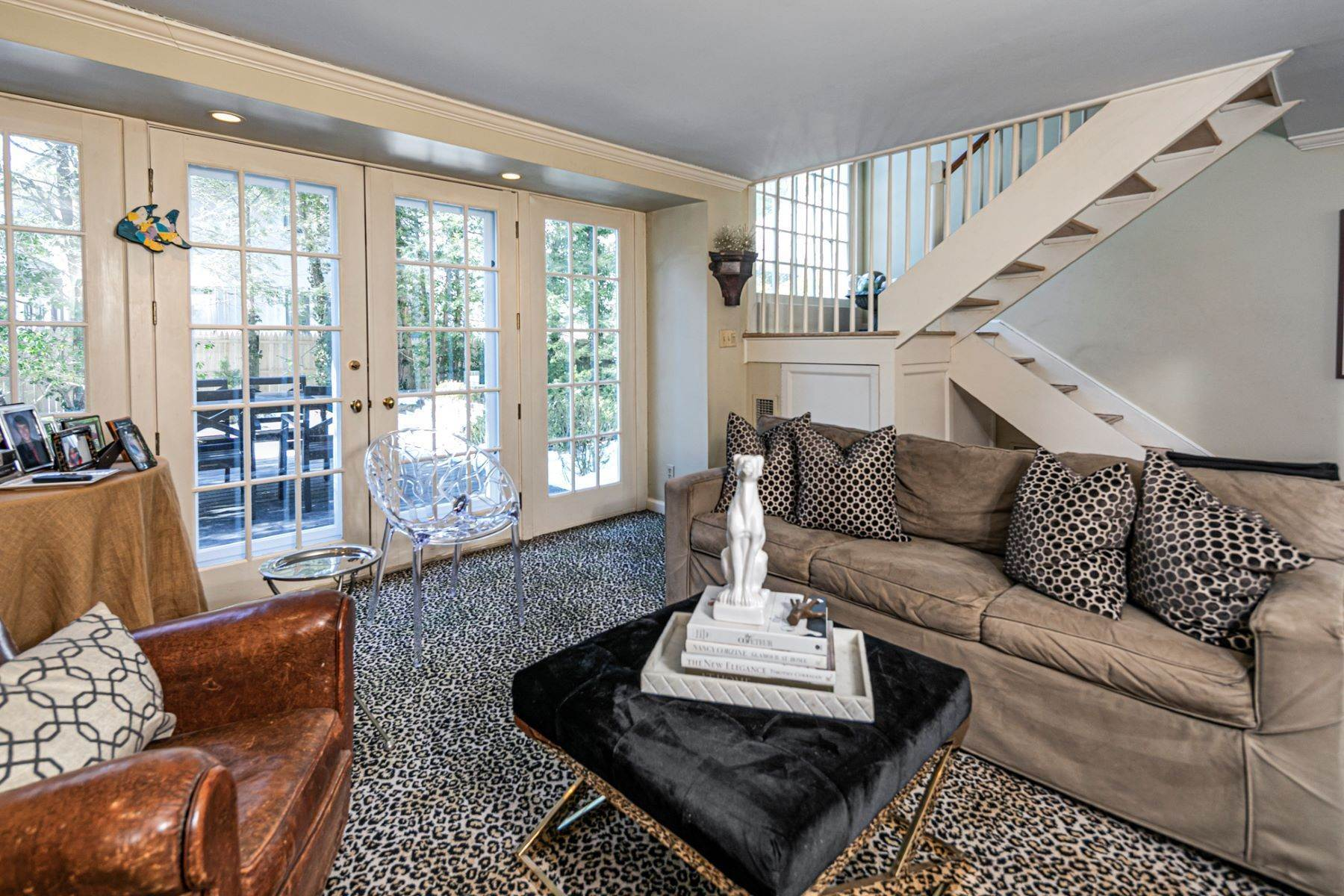 26. Single Family Homes for Sale at Poised And Polished In A Terrific Part Of Town 16 Hunter Road, Princeton, New Jersey 08540 United States