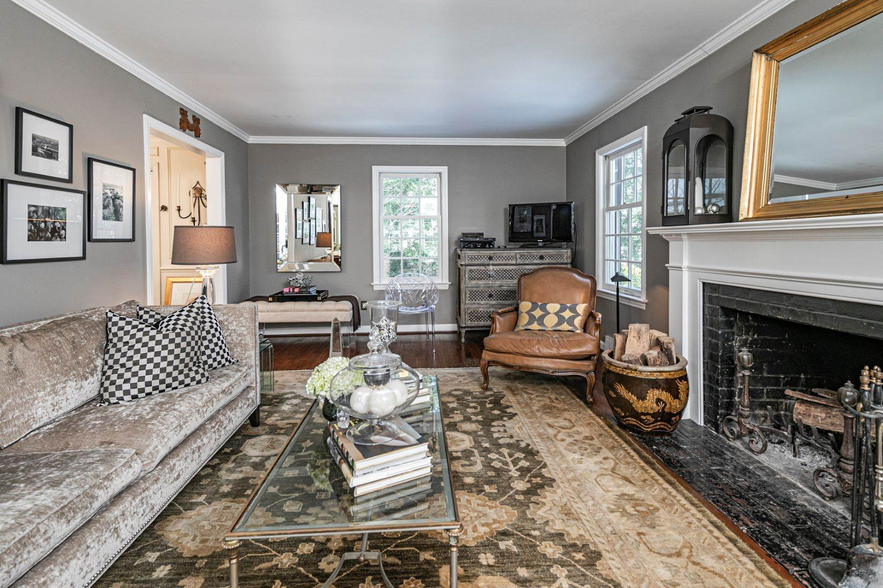 7. Single Family Homes for Sale at Poised And Polished In A Terrific Part Of Town 16 Hunter Road, Princeton, New Jersey 08540 United States