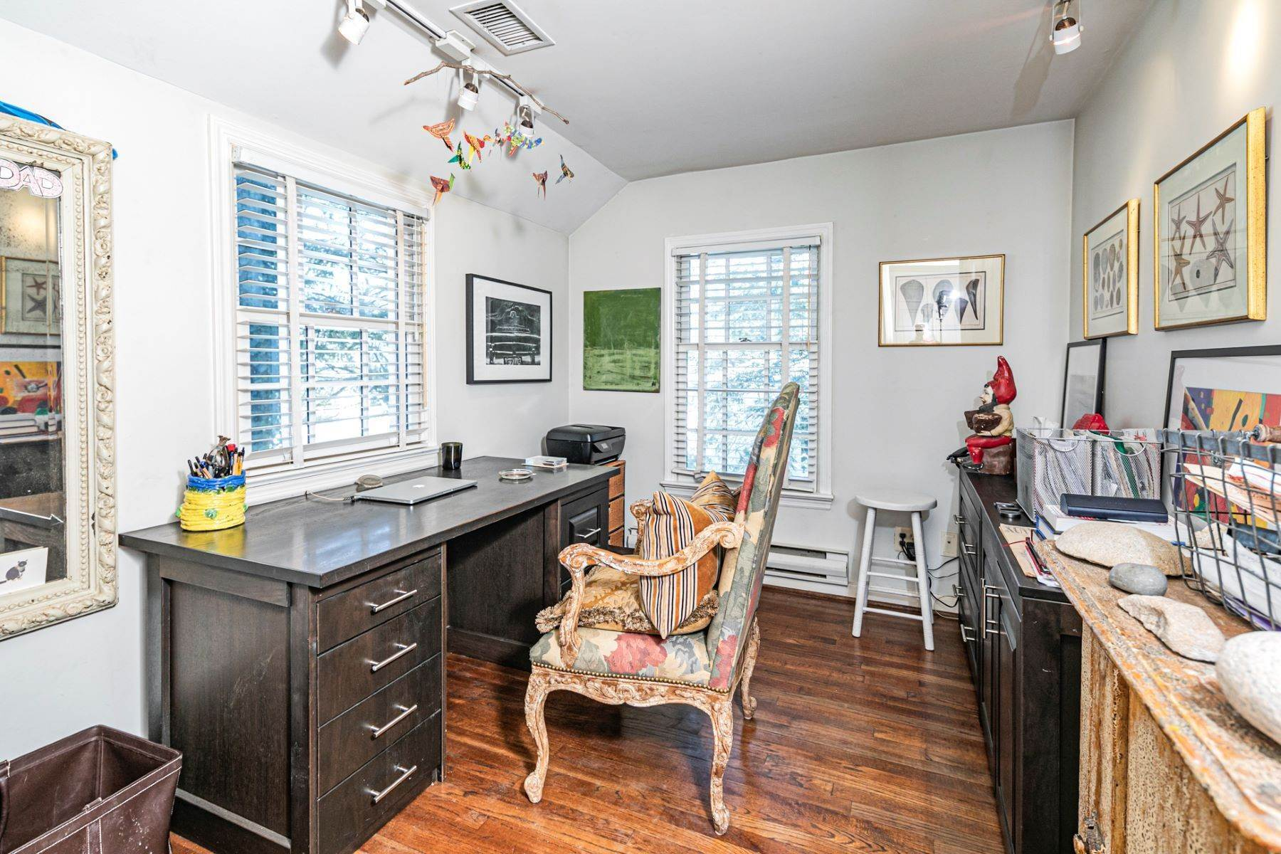 29. Single Family Homes for Sale at Poised And Polished In A Terrific Part Of Town 16 Hunter Road, Princeton, New Jersey 08540 United States