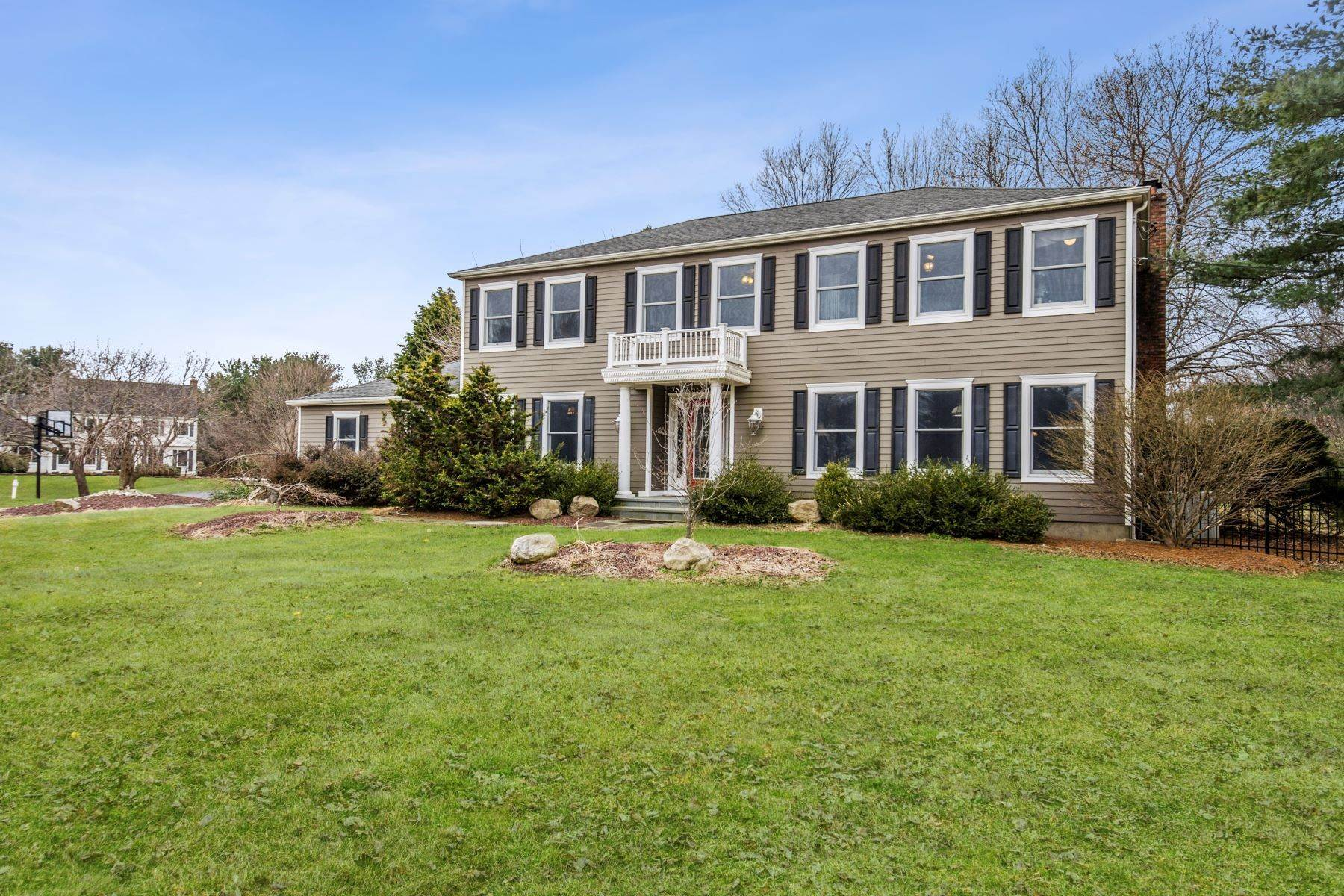 27. Single Family Homes for Sale at The Whole Package on a Pretty Shadow Oaks Lot 6 Scottsdale Court, Cranbury, New Jersey 08512 United States