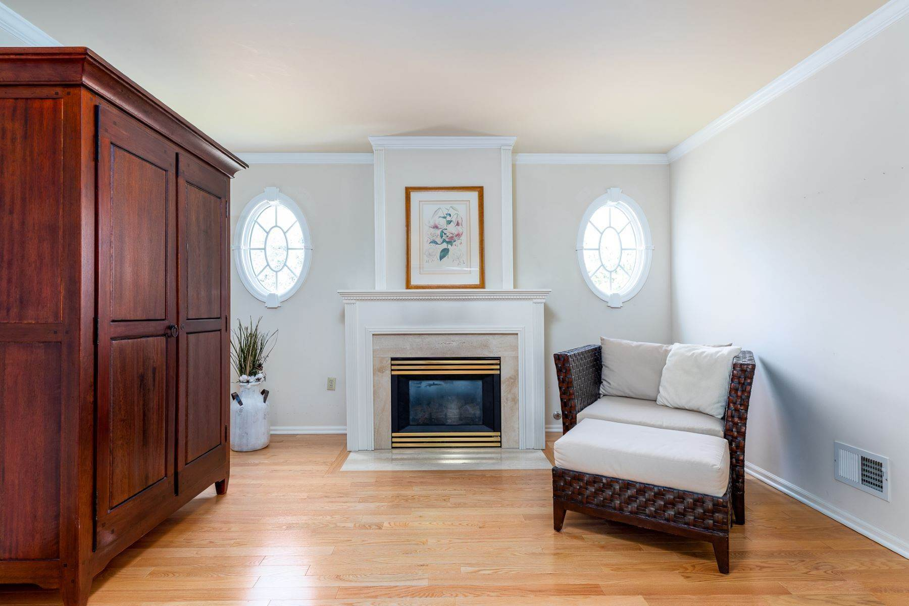 25. Single Family Homes for Sale at A Fresh Interior Features 6 Bedrooms & 3 New Baths 19 Zaitz Farm Road, Princeton Junction, New Jersey 08550 United States