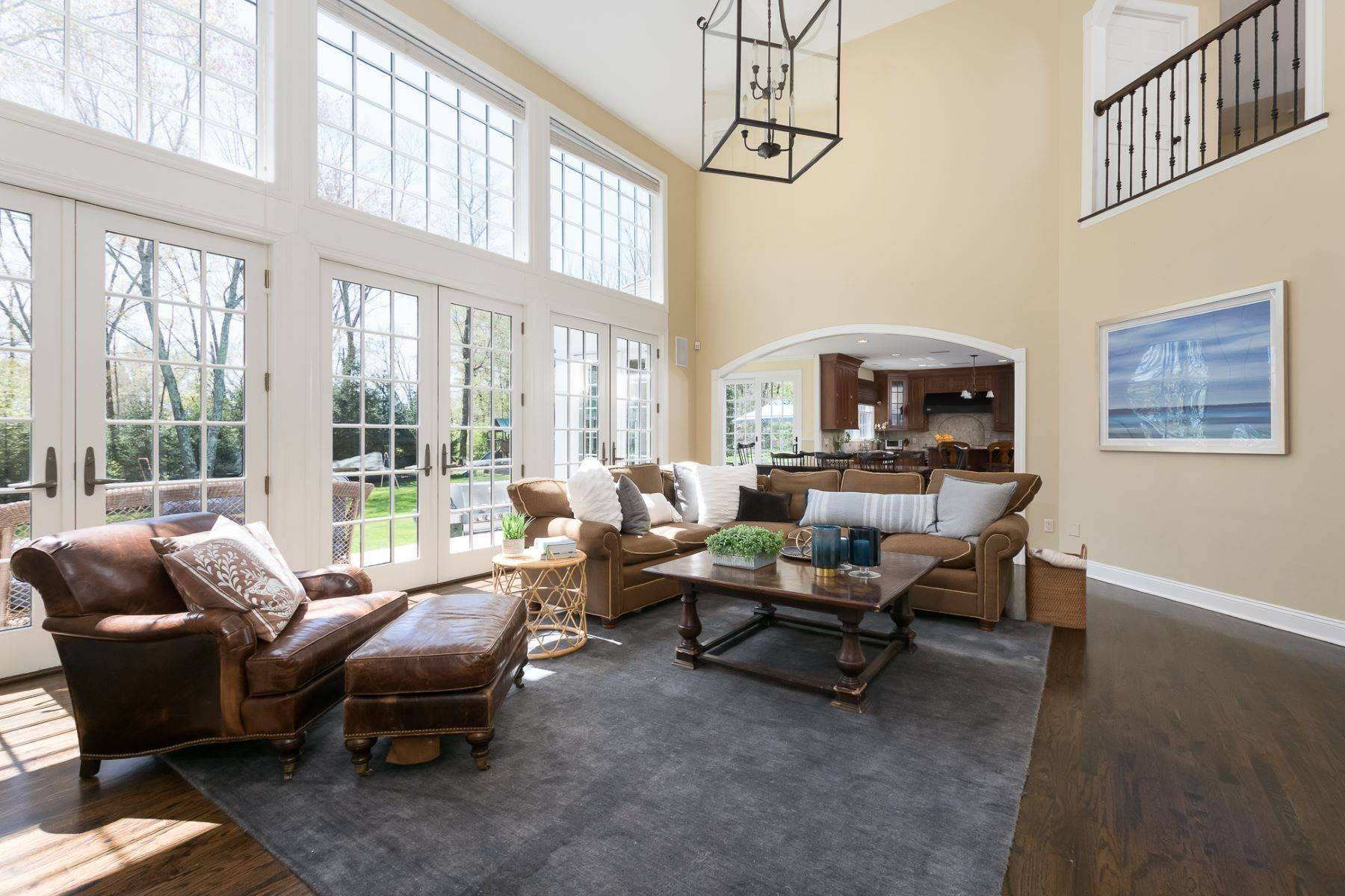 9. Single Family Homes por un Venta en Expansive Interior Opens to Enviable Outdoor Space 19 Derwent Drive, Princeton, Nueva Jersey 08540 Estados Unidos