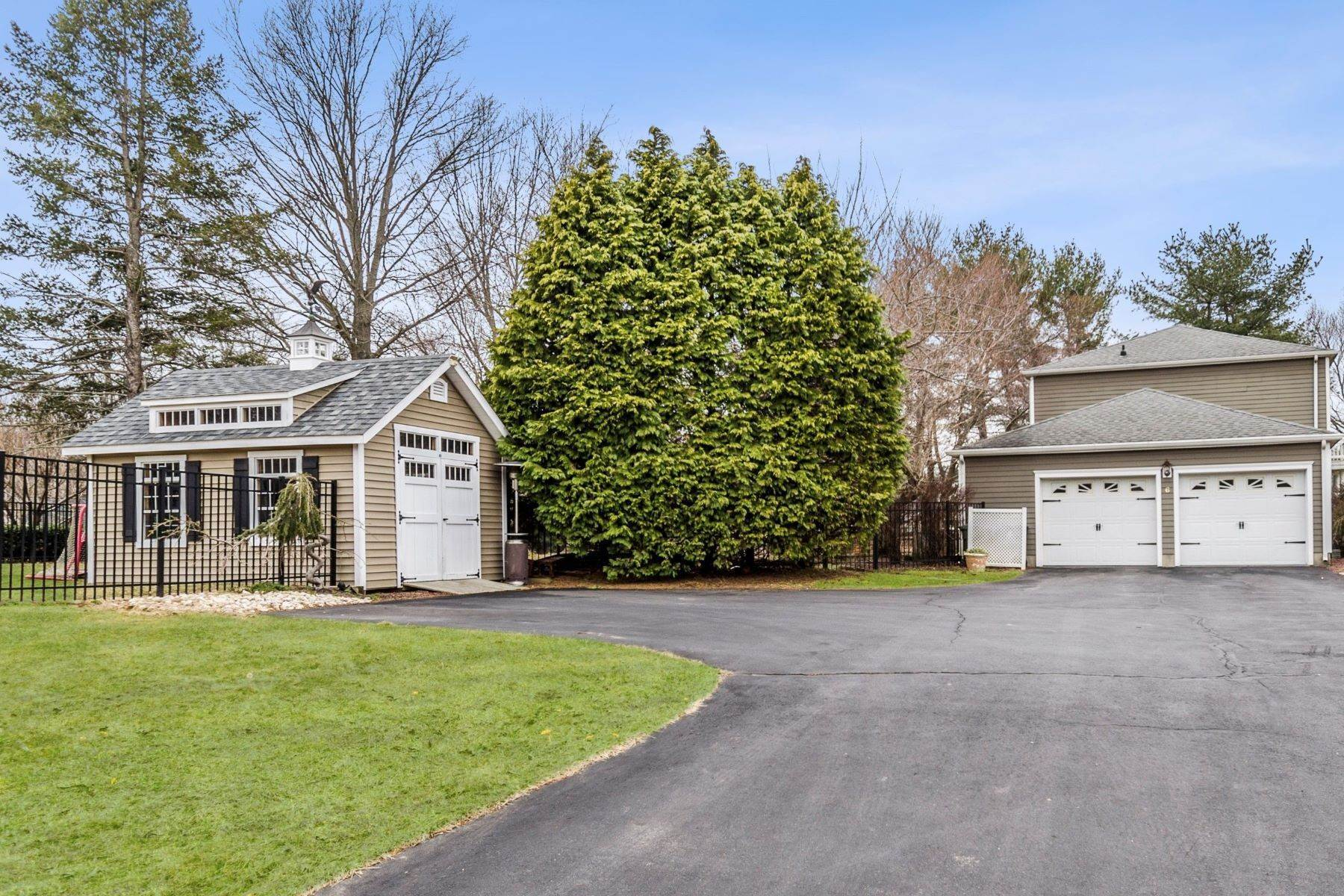25. Single Family Homes for Sale at The Whole Package on a Pretty Shadow Oaks Lot 6 Scottsdale Court, Cranbury, New Jersey 08512 United States