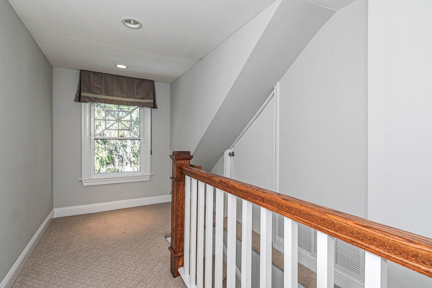28. Single Family Homes for Sale at Picture Perfect Home Steps From Main Street 10 Green Avenue, Lawrenceville, New Jersey 08648 United States