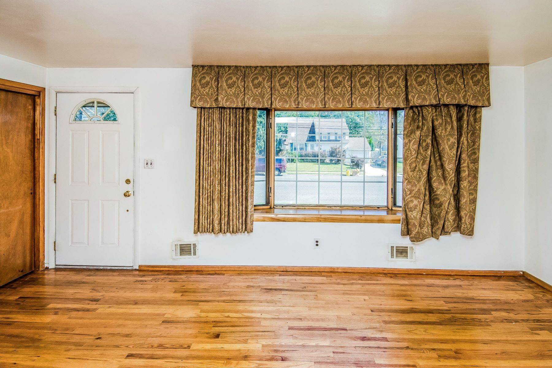 9. Single Family Homes for Sale at Hamilton Ranch Corners the Market on Convenience 95 Hempstead Road, Hamilton, New Jersey 08610 United States