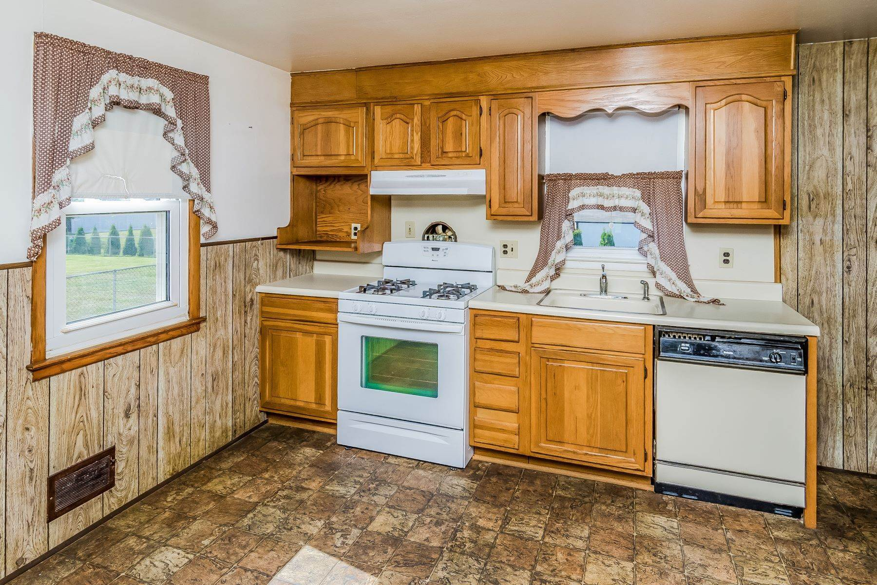 11. Single Family Homes for Sale at Hamilton Ranch Corners the Market on Convenience 95 Hempstead Road, Hamilton, New Jersey 08610 United States