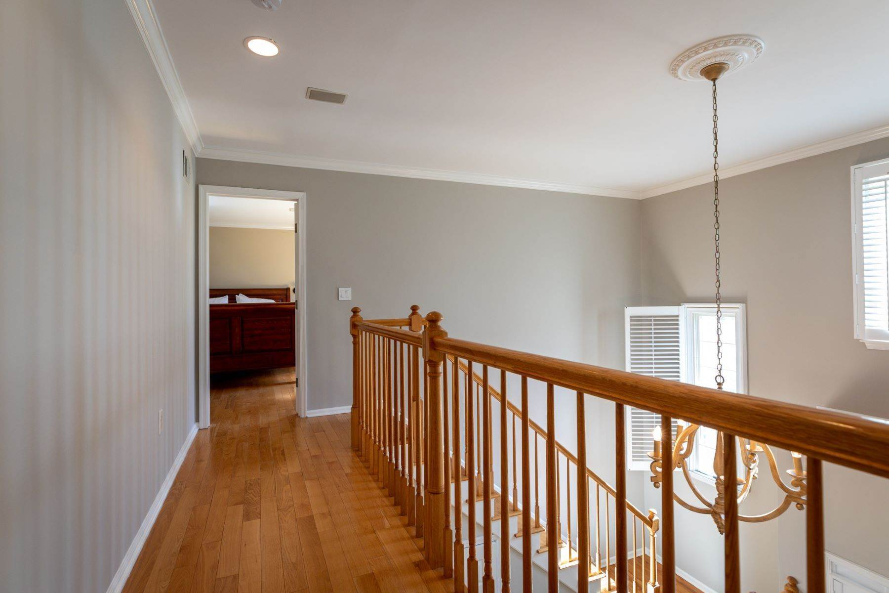 31. Single Family Homes for Sale at A Fresh Interior Features 6 Bedrooms & 3 New Baths 19 Zaitz Farm Road, Princeton Junction, New Jersey 08550 United States