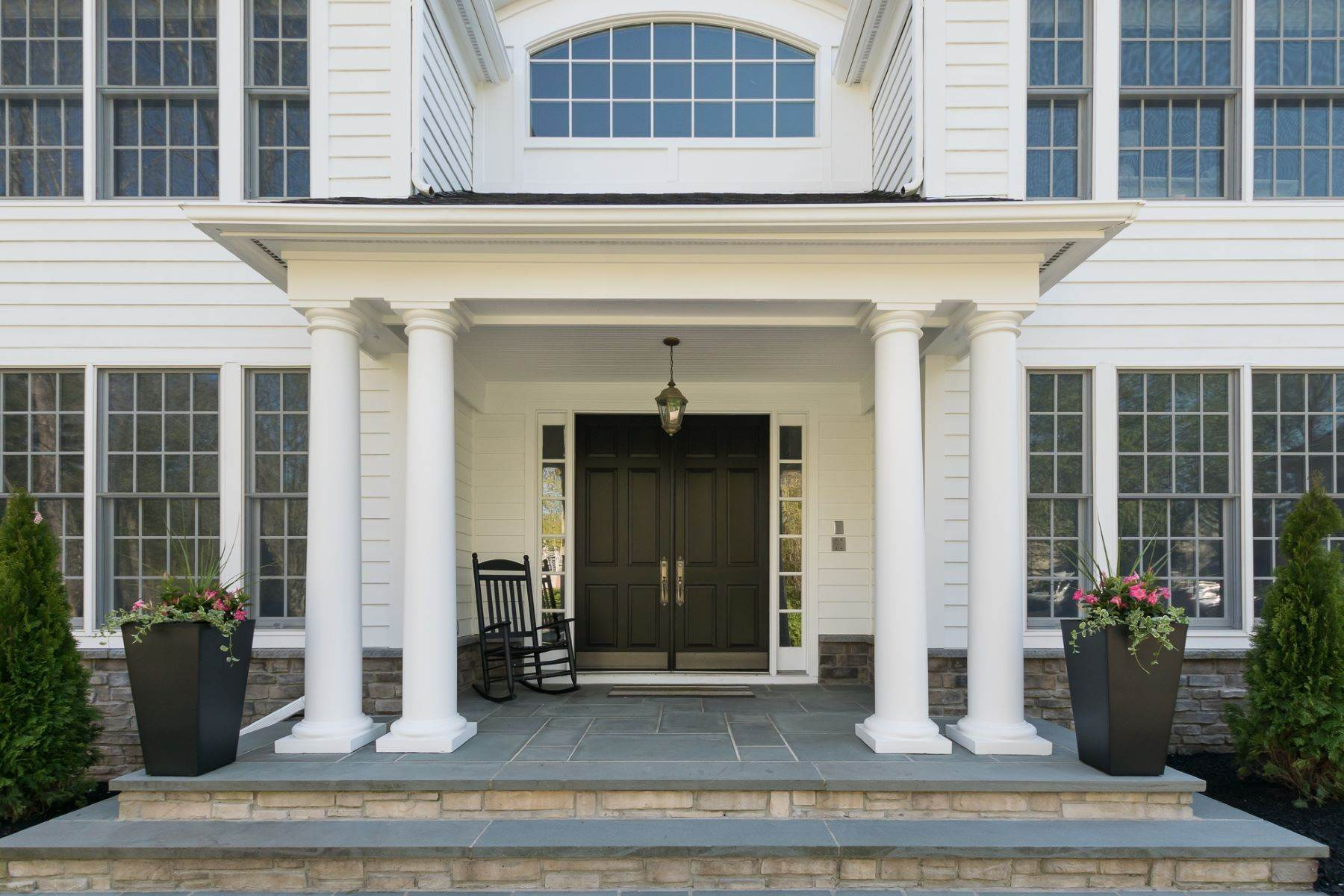 2. Single Family Homes por un Venta en Expansive Interior Opens to Enviable Outdoor Space 19 Derwent Drive, Princeton, Nueva Jersey 08540 Estados Unidos