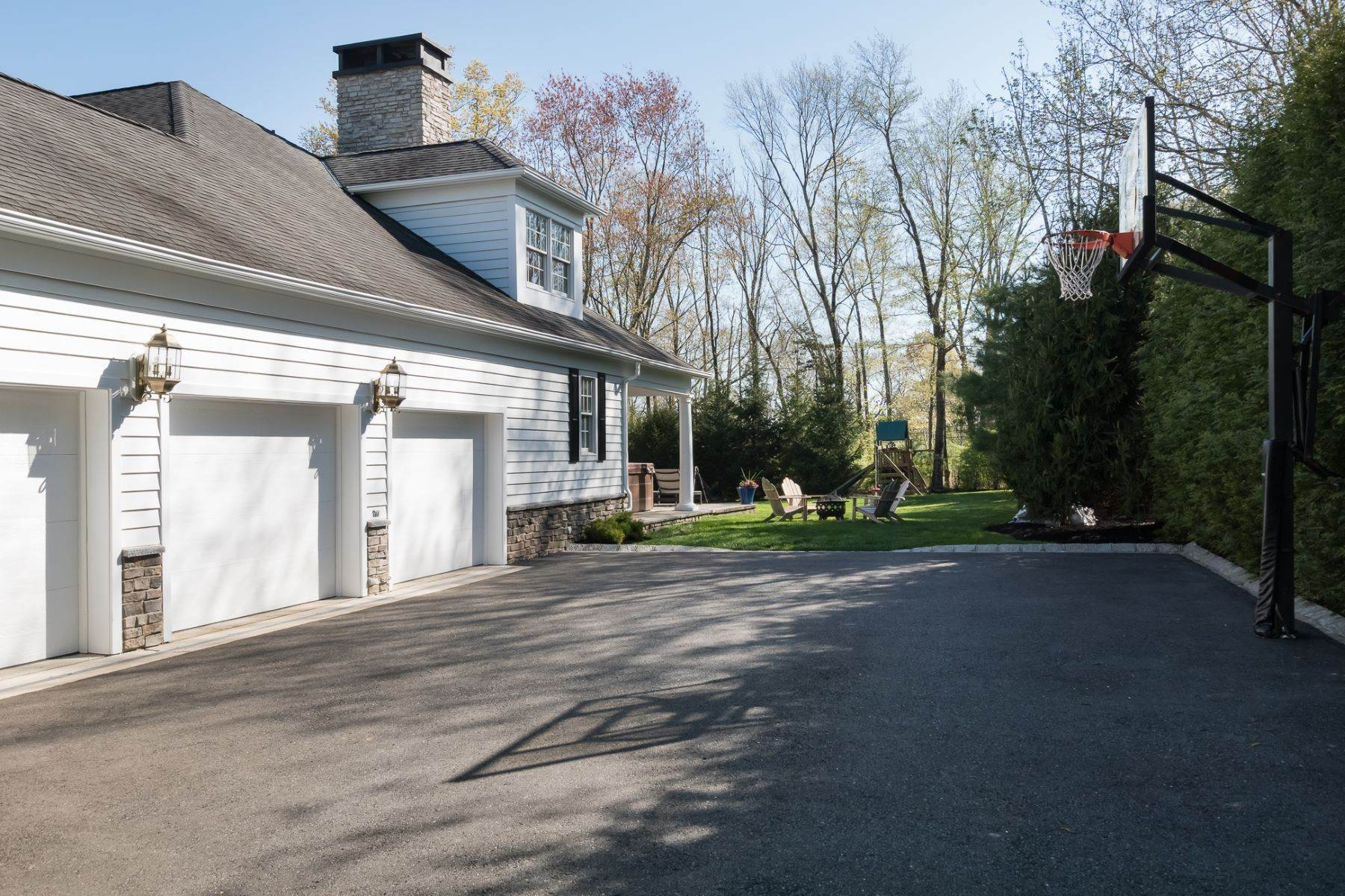 39. Single Family Homes por un Venta en Expansive Interior Opens to Enviable Outdoor Space 19 Derwent Drive, Princeton, Nueva Jersey 08540 Estados Unidos