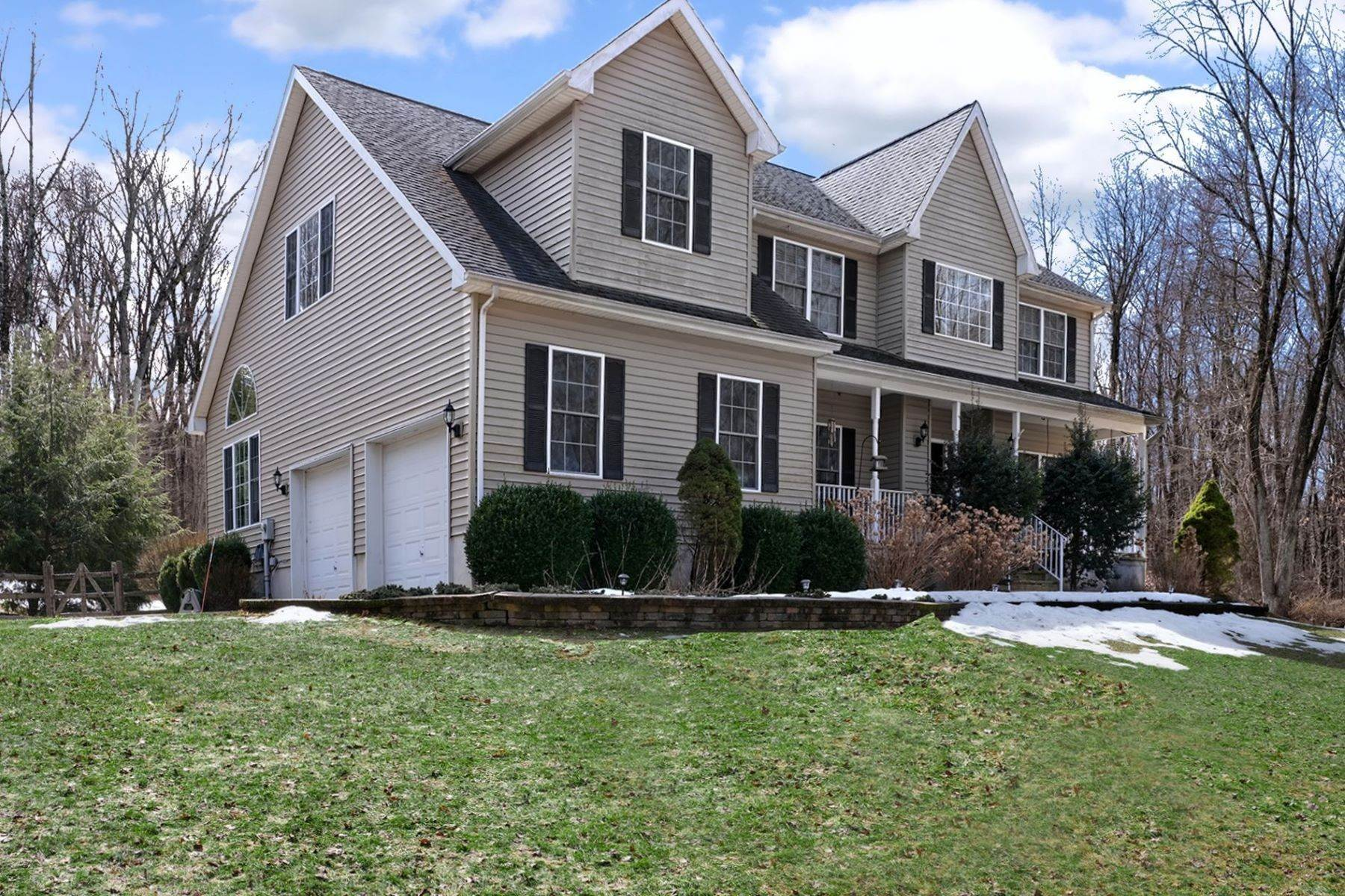 Single Family Homes alle On the Edge of Lambertville, a Spacious and Scenic Home 19 Cedar Crest Road, Lambertville, New Jersey 08530 Stati Uniti