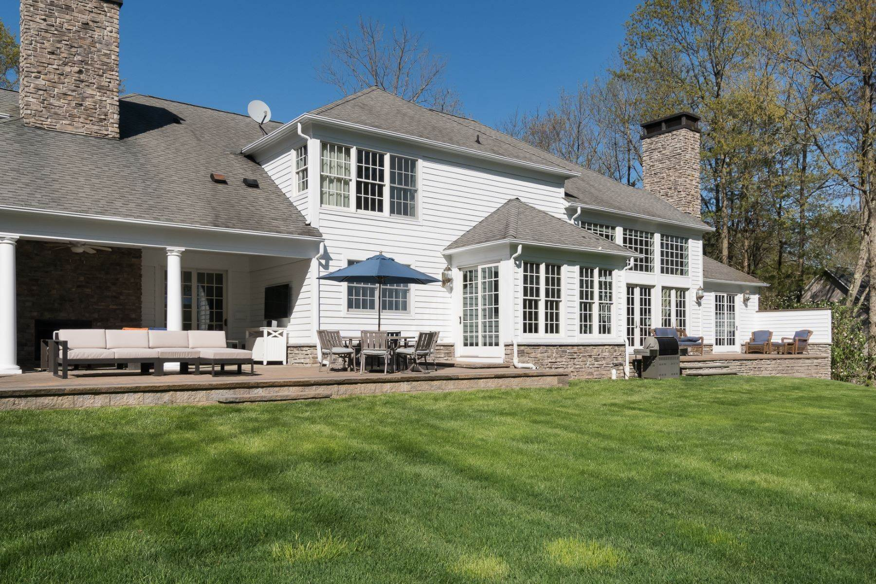 32. Single Family Homes por un Venta en Expansive Interior Opens to Enviable Outdoor Space 19 Derwent Drive, Princeton, Nueva Jersey 08540 Estados Unidos