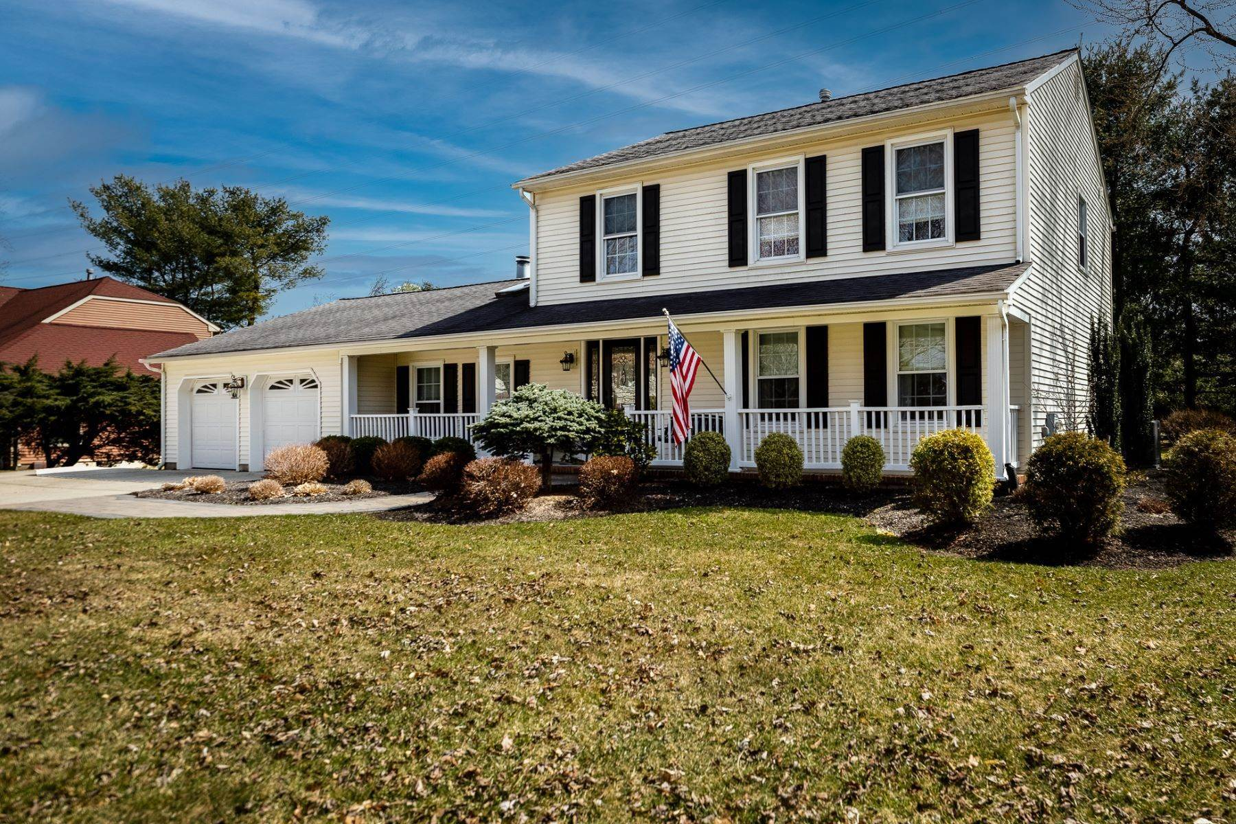 Single Family Homes em Pristine Charter Club Colonial Unlike Any Other 6 Cedar Court, West Windsor, Nova Jersey 08550 Estados Unidos